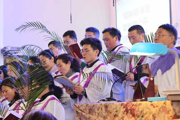 The choir of Nanjing Mochou Lu Church sang hymns in the 2019 Palm Sunday service.