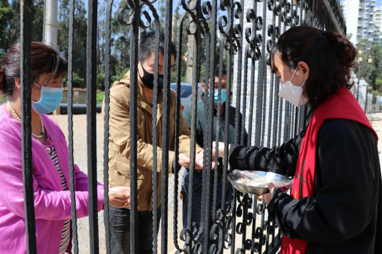 On April 12, 2020, Pastor Li Xiaoyan sent the communion bread to believers inside the door of Kunming Beichen Church in Yunnan.