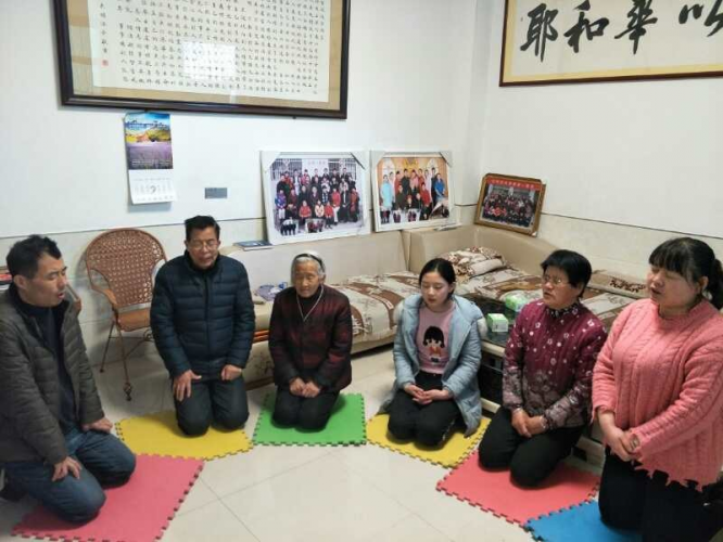 Elder Fan Kexiao prayed with his family in May 2020.
