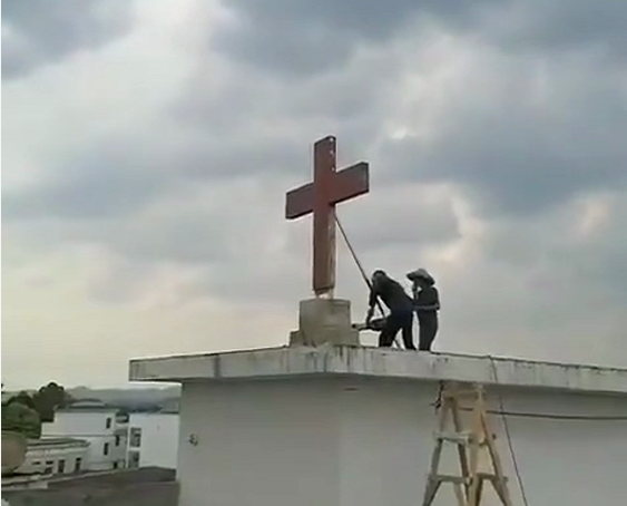 On July 26, local authorities took off the cross of a church in Xinfeng County, Ganzhou, China's eastern Jiangxi Province.