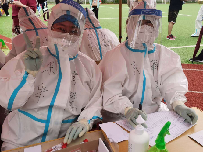 On August 4, 2020, Ju Wanzhen(right) and another woman were doing nucleic acid testing in Dalian, China's northeastern Liaoning Province.