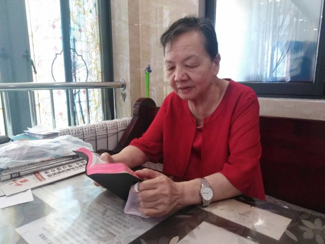 Sister Liao was reading the Bible in October 2020.