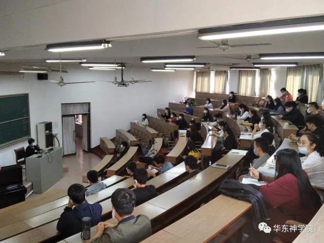 On November 18, 2020, Dr. Zhuang Yi from the clinic  in the East China Theological College gave a lecture on infection prevention and control for COVID-19.