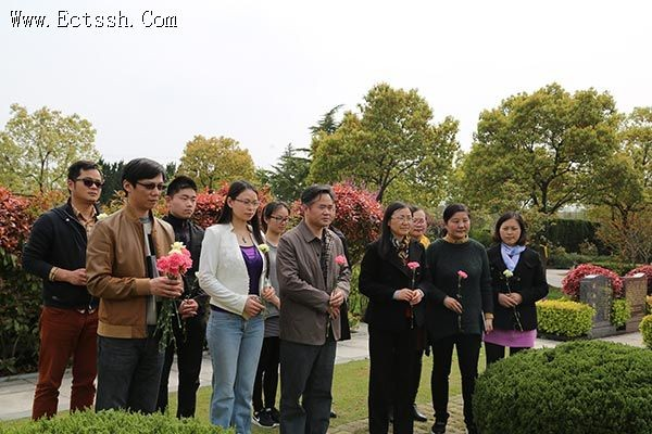 The teachers of students of East China Theological College paid tribute to Y. T. Wu, the founder of China's TSPM before tomb at Fushou Graden Cemetery in Shanghai on April 8, 2016.