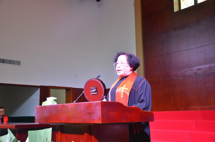 Elder Liu Xifeng was giving a sermon on Christmas in the Shilipu Church in Baoji City, Shaanxi Province on December 13, 2020.