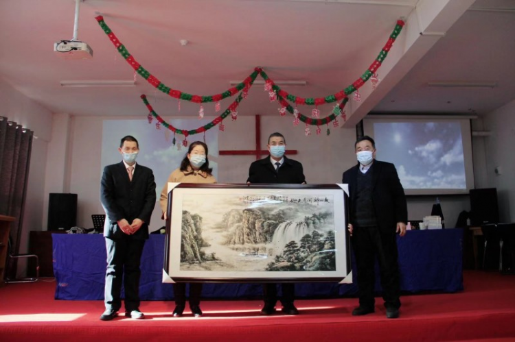 Volunteer lay pastors presented a traditional Chinese landscape painting to their alma mater-Zhongnan Theological Seminary at a completion ceremony on January 8,2020.