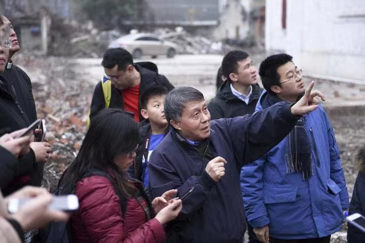 In Jiaxing, Zhejiang Province, Jiang Yuanlai(middle) introduced the history of the Notre Dame Hall to Christian artists and scholars at the ruins of the church from January 12 to 14, 2020.