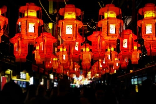 Many lanterns are hung to celebrate the Spring Festival.