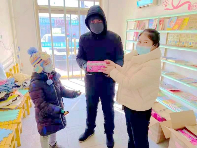 A child received a box of 50 pieces of masks from Nanzhan Chruch in Dongfeng County, Liaoyuan City, Jilin Province in late February, 2021.