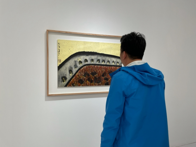 An audience looked at one of Daozi' ink paintings on April 3, 2021.