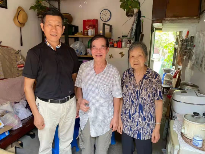 A volunteer of Jiaojiang Church in Taizhou, Zhejiang, pictured with two elderly during a visit in early September, 2021.