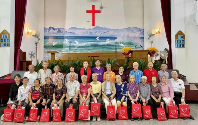 On Ocotber 10, 2021, senior believers received gifts in a church of Jinshan District, Shanghai, to mark the Double Ninth Festival which falls on October 14 this year.