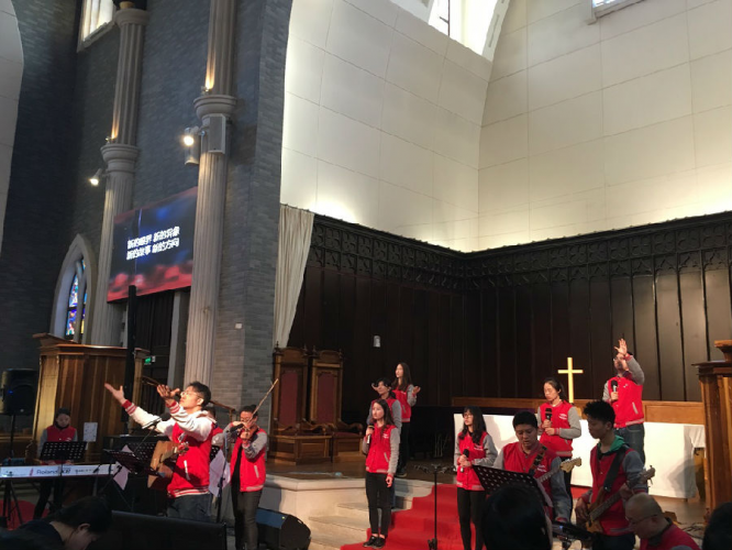 The worship team of Suzhou Dushuhu Church leads the praise, attracting a lot of young people