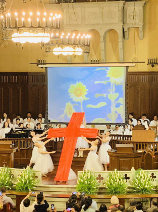 Young sisters showed Jesus' love and salvation through dances in Shanghai Moore Memorial Church on Easter.